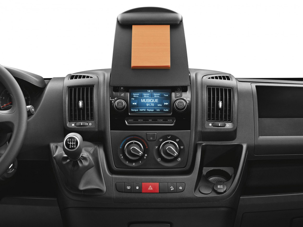 New peugeot boxer from arthurs peugeot for Accessoire auto interieur